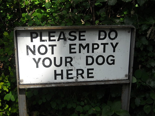 sign that says 'Please do no empty your dog here'