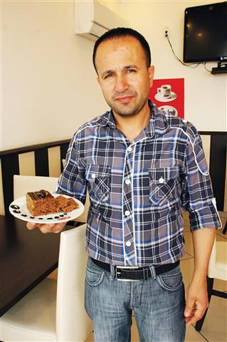 """Oba Beldesi'nde uzun yıllardır hizmet veren Yetgin Pastanesi'nin yöneticileri, """"En iyi havuçlu tarçınlı keki biz yaparız"""" diyerek oldukça iddialı olduklarını gösteriyorlar"""