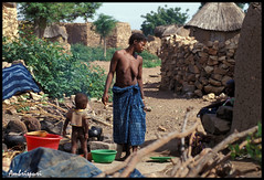 18-Kotidianeidad. (Ambrispuri) Tags: africa portrait woman mujer village child retrato tribal misery ethnic nio burkinafaso tradicion poblado miseria tradiction ambrispuri
