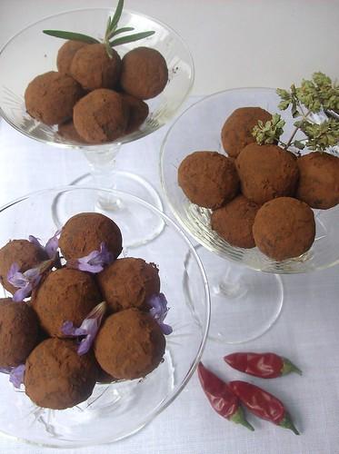 Tartufi di cioccolato piccante alle erbe aromatiche