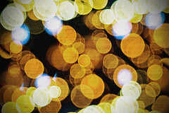 Circles on my Mind (Stromboly) Tags: light color texture luz bokeh grain desenfoque rounded circel
