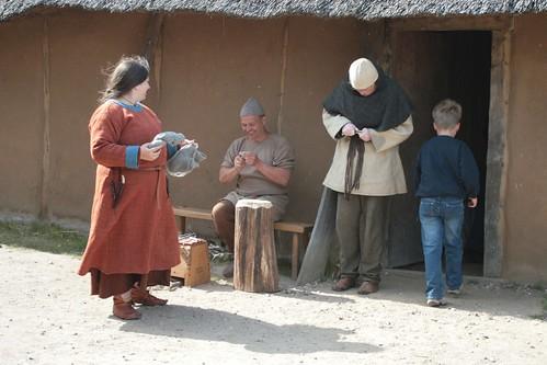Raphi, Christoph und Runhildr vor dem des Kammmachers in Haithabu - Museumsfreifläche Wikinger Museum Haithabu WHH  06-06-2009