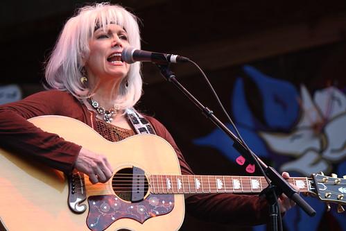 Emmylou Harris sing