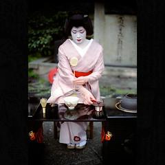 (Masahiro Makino) Tags: portrait woman japan female photoshop japanese 50mm nikon kyoto f14 geiko adobe  teaceremony f3 nikkor dnp lightroom  centuria400  20090405nfpro400h1ls640p