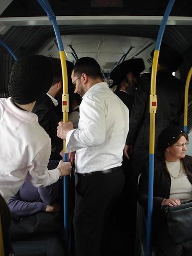 עזרת גברים בקו הפרדה. צילום: RahelSharon, flickr