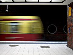 Movimiento Contenido (Maria G. Gallego (PetiteTouche)) Tags: berlin explore ubahn serie nikond40 movimientocontenido