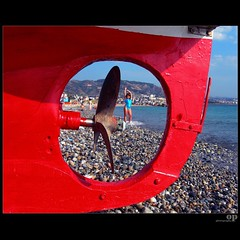 Gallico Marina - Through the Propeller (Osvaldo_Zoom) Tags: red sea beach girl composition boat seaside propeller calabria elica superlativas
