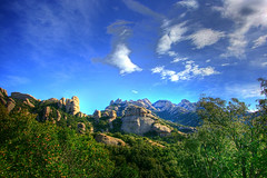 Montserrat (HDR) (Omar Corrales) Tags: mountains rock bluesky montserrat hdr highdynamicrange roca muntanya 1022 montaas muntanyes canon1022mm tonemapped canoneosdigitalrebelxti canoneos400ddigital canon1022mmf3545efsusm omarcorrales calcrias