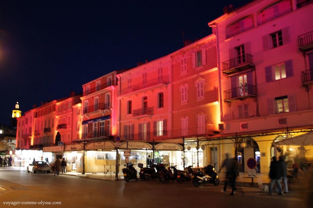 A luz que ilumina os prédios passa dos vermelhos alaranjados ao roxo