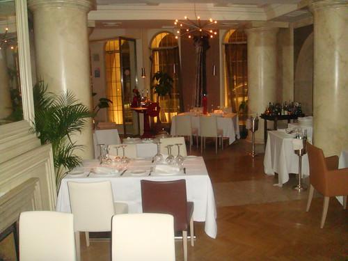 Vista de las primeras mesas de la entrada al restaurante