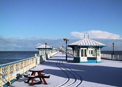 Snow on Llandudno Pier, Wales 2000 (Matt Chambers) Tags: schnee winter snow wales pier seaside sneeuw tracks neve inverno  llandudno eira northwales canonixus  llandudnopier