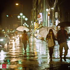 rain () Tags: people 6x6 nature rain weather japan tokyo evening abend asia asien leute time natur location  nippon  geography  regen wetter tachikawa   tokio   regenschirm  hasselblad500cm  kodakportra800 colorfilm   negativefilm timeofday  colourfilm  negativfilm    niederschlag farbfilm