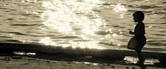 DSC_1949 (Pedro Montesinos Nieto) Tags: lake atardecer niños sunbeams lamancha ageofinnocence castillalamancha rutadelquijote laedaddelainocencia frágiles villafrancadeloscaballeros lakesintheworld nikond7100 lagosdeespaña paisajespoéticos