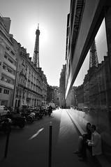 primeiro encontro (Vitor Nisida) Tags: bw paris france eiffeltower frana eiffel pb toureiffel torreeiffel urbana
