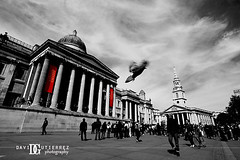 Streets of London (david gutierrez [ www.davidgutierrez.co.uk ]) Tags: street city uk travel sky people urban blackandwhite bw london art monochrome architecture clouds buildings movement pigeon trafalgarsquare londres  londyn    sonyalphadt1118mmf4556 sony350dslra350 vision:mountain=0616 vision:sky=0692 vision:outdoor=0952 vision:street=0639