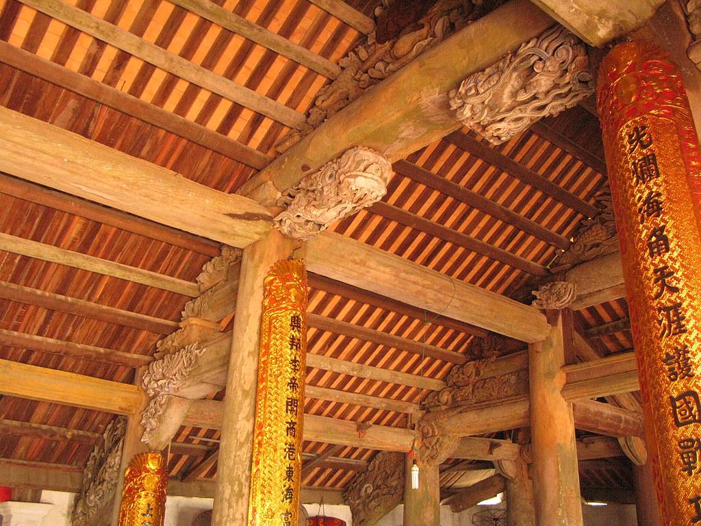 1280px-Quan_Lạn_communal_house_interior