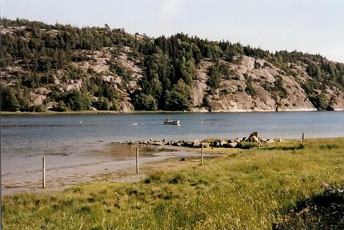 19980702 (7b) En man i båt fiskar med nät i Åbyfjorden. Cykelresa Bohuslän 29 juni - 7 juli