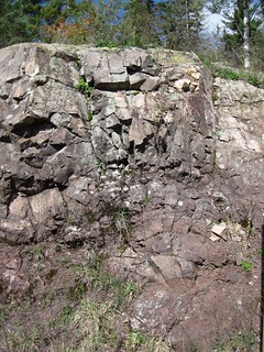 Non-vesicular basalt flow over rubbly-topped vesicular basalt flow (Portage Lake Volcanic Series, upper Mesoproterozoic, 1.094 to 1.095 Ga; Rt. 41 roadcut west of the Delaware Mine, Keweenaw Peninsula, Upper Peninsula of Michigan, USA) 6