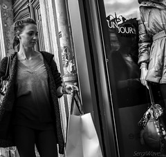 Reflection of a day (Sergi Wave) Tags: street woman white black paris streets reflection shop canon shopping bag streetphotography wave jour un 5d 40 pancake 40mm sergi reflexion 2013