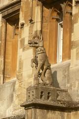 Les belles bestioles de Magdalen College (mistigree) Tags: oxford college magdalencollege angleterre statue chien monstre