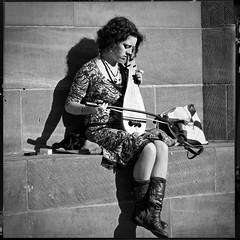 La musicienne de Strasbourg (Paolo Pizzimenti) Tags: film paolo lumire femme 8 olympus strasbourg alsace dxo f2 e3 zuiko musique argentique doisneau musicienne 1260mm