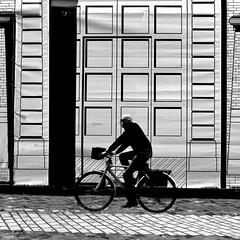 Feno (archifra -francesco de vincenzi-) Tags: street italy square bicicleta minimalism minimalismo bicyclette ravenna carré bicicletta sagoma minimalart archifraisernia francescodevincenzi