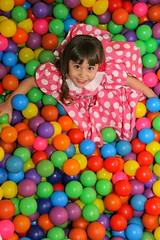 Piscina colorida (angelasmorato) Tags: piscina bolinhas cores menina diversão criança