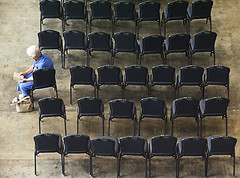 Old lady reading alone in a row of chairs, New Orleans, Louisian (Pxel) Tags: usa newyork arlington america portraits washington centralpark neworleans canon5d greenwichvillage newyorkmarathon missisippi travelphoto randallisland fotodeviaje jorgeroyan firemennyc