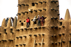 Annual repair of the world's largest mud brick building: the Great Mosque of Djenné in Mali. (Phototravelography) Tags: africa djenné mali moptiregion westafrica mudbricks repair rainyseason dryseason sudanosahelianarchitecture religion muslim islam great mosque