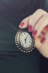 Eternando il tempo passato (Antonella Profeta) Tags: verde vintage time mani mano rosso orologio