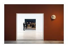 Dans le cadre de... (Scubaba) Tags: france museum lens europe louvre couleurs muse visitors artois gardien pasdecalais visiteurs louvrelens
