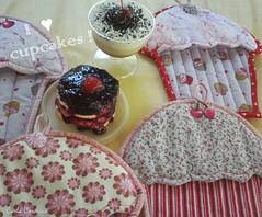 potholders cupkakes (Carla Cordeiro) Tags: cupcake fuxico patchwork potholder acolchoado pegadordepanela