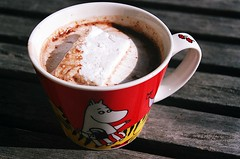 02780032-84 (jjldickinson) Tags: wood food cooking cup table coffeecup hotchocolate longbeach marshmallow moomin wrigley cocoa olympusom1 fujicolorsuperiaxtra400 moominmamma promastermcautozoommacro2870mmf2842 promasterspectrum772mmuv roll489o2
