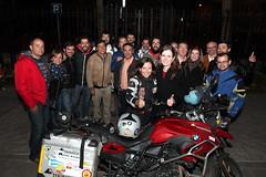 Alicia Sornosa junto a la BMW con la que hizo su último viaje