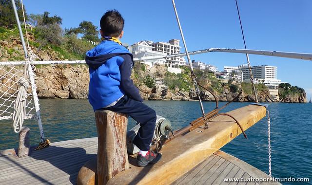 Iker de vigia en la proa del barco