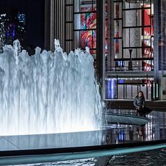 La petite fille dans la lumière (Lucille-bs) Tags: amérique etatsunis usa etatdenewyork newyork 500x500 metropolitanopera petitefille fillette jet deau lumière eau city reflet