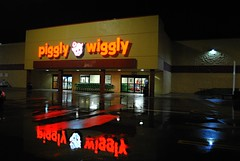 Piggly Wiggly, Elkhorn Wisconsin (Cragin Spring) Tags: midwest unitedstates usa unitedstatesofamerica wisconsin wi night elkhorn elkhornwisconsin elkhornwi walworthcounty grocery store reflection pigglywiggly sign