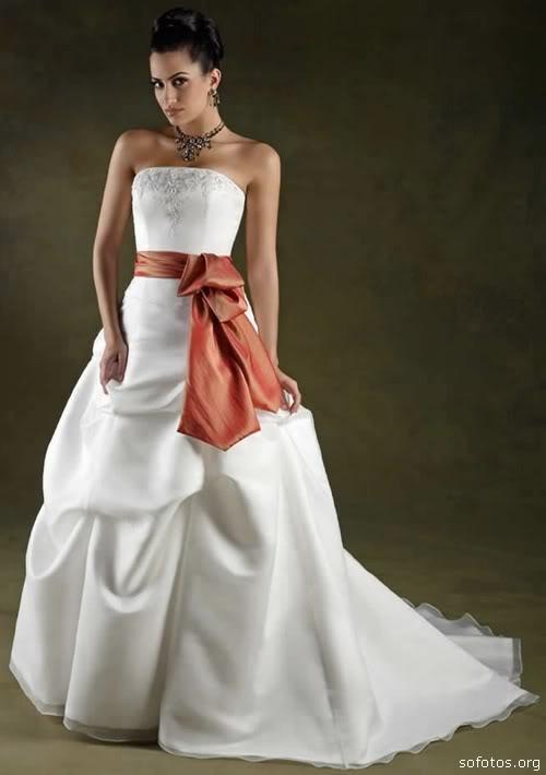 Vestido de noiva com laço vermelho