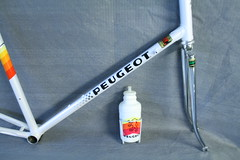 Matching water bottle and cage. (Racing snake1) Tags: road race french ace 531 professional pro 1980s peugeot dura reynolds duraace aravis simplex 7401 7402 7400 puymorens