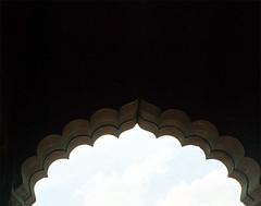 delhi-torbogen (freshlime.soda) Tags: old building carpet temple gate day lotus market flag military delhi indian prayer tomb parliament mosque parade gandhi bahai independence dilli flagge minar masjid tempel qutb jama urdu militärparade indische moschee humayuns bakrid kitabiaqdas opferfest