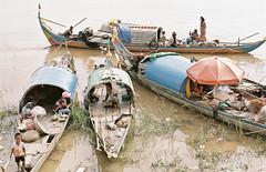 (Sébastien Pineau) Tags: people film rio analog river boats asia cambodge cambodia khmer fishermen barcos gente bateaux scan scanned phnompenh asie analogue mekong gens argentique tonlesap pineau fleuve pescadores analogic pêcheurs kampuchea ស្រុកខ្មែរ ព្រះរាជាណាចក្រកម្ពុជា argéntico sébastienpineau