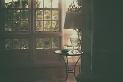 Cuando la luz se cuela... (Graella) Tags: livingroom comedor saladeestar luz ventana window lampara light contraluz contrallum hogar home decoration decoracion mesa table bokeh travel