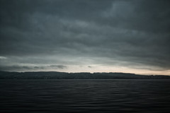 1/4 of a second at Lake Zurich (Toni_V) Tags: m2403338 rangefinder digitalrangefinder messsucher leicam leica mp typ240 28mm elmaritm12828asph train sbb cff ffs lakezurich zürichsee longexposure motion blur sunrise sonnenaufgang switzerland schweiz suisse svizzera svizra europe zürichsargans clouds wolken movement niksoftware ©toniv 2017 170325