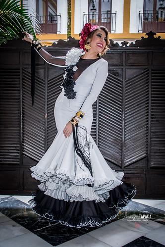 Traje de flamenca blanco y negro con adornos florales