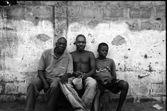 Le discours de Dakar (Paysage du temps) Tags: africa portrait men film togo generations ilford fp4 hommes afrique leicam6 lom 2013013001 ilfotecrtrapid