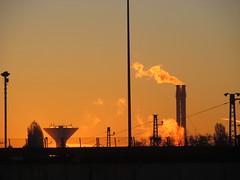 Napfelkelte (Barney 7) Tags: morning industry factory budapest morgen pest magyarorszg hajnal reggel napfelkelte vztorony kmny gyr gz gyrkmny