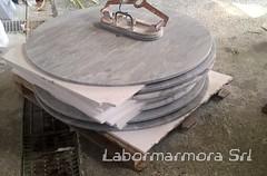 lavorazione tavoli tondi con foro per ombrellone