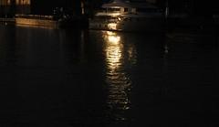 Silber und Gold - Lichtreflexe der Abendsonne vom spiegelblanken Lack eines Boots auf dem Nord-Ostsee-Kanal (NOK); Kreishafen, Rendsburg (1) (Chironius) Tags: sunset reflection germany atardecer deutschland evening abend zonsondergang wasser tramonto sonnenuntergang dusk alemania dmmerung crpuscule allemagne spiegelung schiff rendsburg nordostseekanal germania reflexin nok schleswigholstein schemering crepuscolo  ogie abends yansma pomie riflessione rflexion  kielcanal  wasserspiegel niemcy bergenhusen refleksion   stapelholm pomienie szlezwigholsztyn