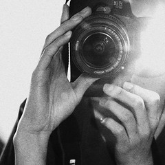 Mi cmara abandonada (KChio) Tags: selfportrait canon photography flash autoretrato fotografa t4i