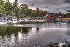 Rd stuga (ErikN86) Tags: water landscape cloudy sony redhouse tamron 18200 a300
